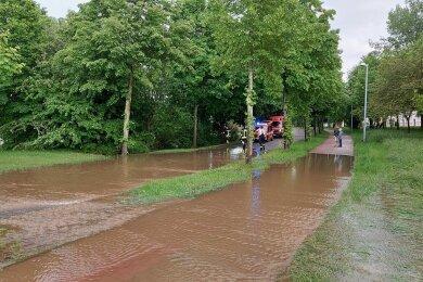 Nach Regenfällen sammelte sich in Zwönitz auf der Matthes-Enderlein-Straße Wasser.