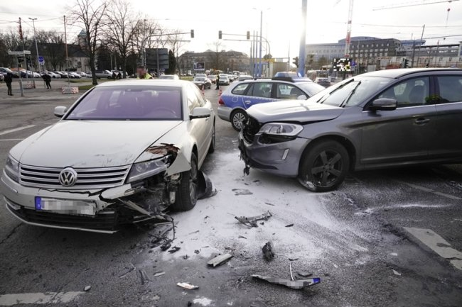 Bei dem Unfall kollidierten ein VW und ein Volvo.