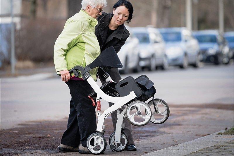 Bremsen festhalten, ankippen: Diesmal kann Marina Pflaum der 85-jährigen Irene Pawlik über den Bordstein helfen. Doch sie ist nicht immer dabei.