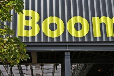 """Die Landesschau, die sich den Namen """"Boom"""" gegeben hat, nennt ihre Begleitveranstaltungsreihe """"Boom.Debatten""""."""