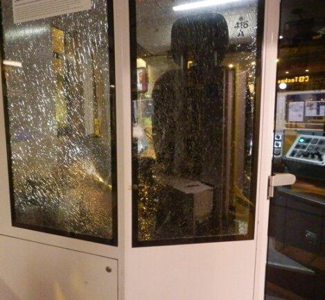 Die Glasflasche wurde gegen die Scheibe des Fahrerhäuschens der Citybahn Stollberg geworfen.