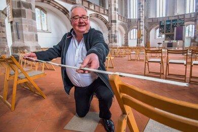 Frank Meinel, Pfarrer der St. Wolfgangskirche in Schneeberg, zückt zur Einhaltung der Abstandsregeln die Schmieche, um Gottesdienste in Coronazeiten zu ermöglichen.