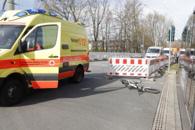 Am Mittwochnachmittag ist eine 47-jährige Radfahrerin mit einer Straßenbahn kollidiert.