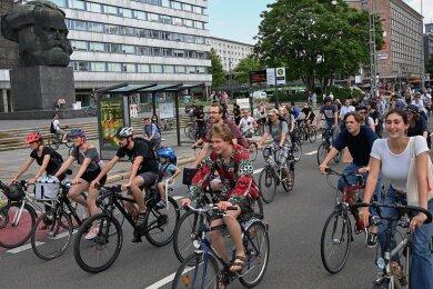 Start der Fahrraddemo am Karl-Marx-Monument.