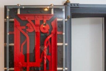 Eine verglaste Tresortür sorgt im Tiefparterre des Hauses für einen besonderen Hingucker.