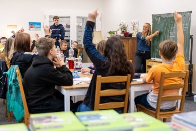 Lehrerin Katharina Aranyos unterrichtet im Sommerferien-Lerncamp im Haus der Buchstaben in Falkenstein.Foto: David Rötzschke
