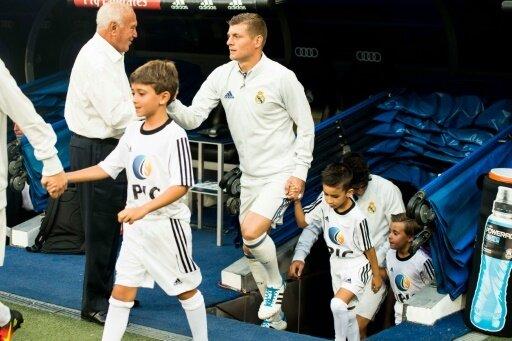 Weltmeister Toni Kroos (m.) soll ein Königlicher bleiben