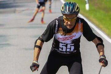 Ullrich Friedemann, Ausdauerspezialist aus Auerbach, der für den SC Norweger Annaberg startet, beim Zieleinlauf eines früheren Rennens in Seiffen.