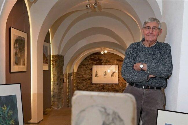 """Klaus Hirsch in seiner Ausstellung """"vom Mensch"""", die noch bis 8. April in der Kleinen Galerie in Hohenstein-Ernstthal zu sehen ist."""
