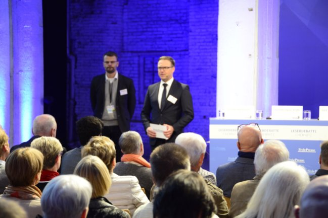Chefredakteur Torsten Kleditzsch (Mitte) und der Chemnitzer Redaktionsleiter Swen Uhlig begrüßen die Teilnehmer der Leserdebatte.