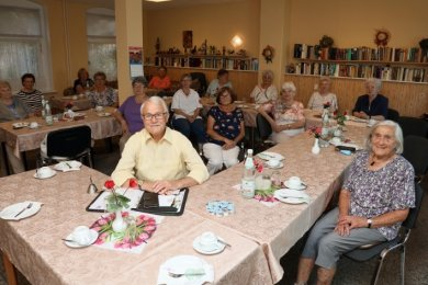 Frieder Böhm (Mitte) sorgt seit längerem dafür, dass sich die Cainsdorfer Senioren regelmäßig treffen - auch zu Coronazeiten.