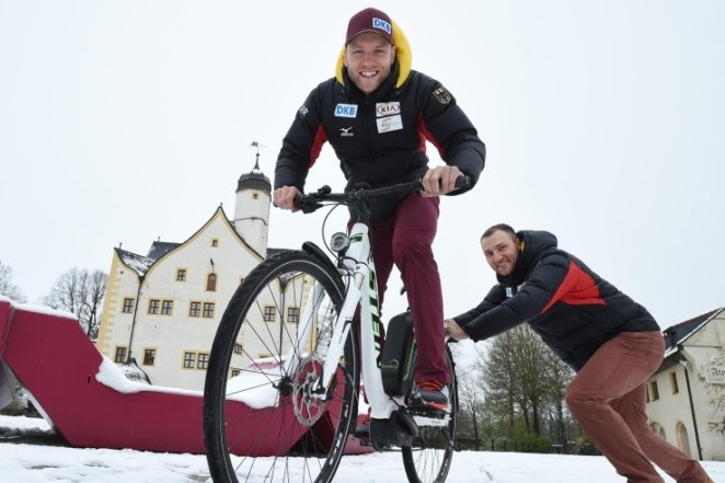 Die Eisschnellläufer Nico (links) und Denny Ihle fühlen sich auch auf dem Rad wohl. Messe-Besucher können gegen die Brüder antreten.
