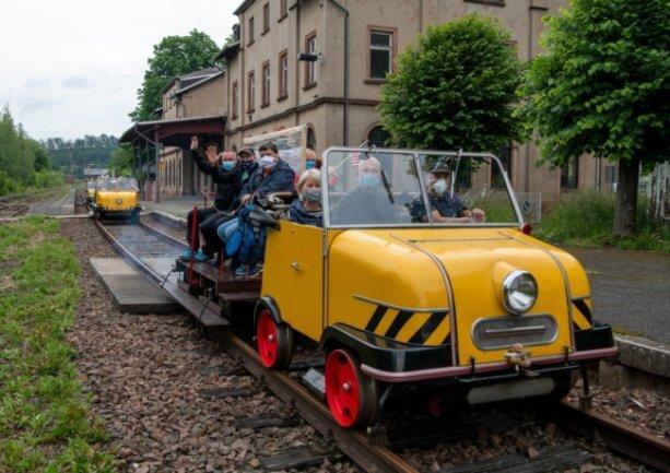 Touren mit dem Schinentrabi starten am Rochlitzer Bahnhof.