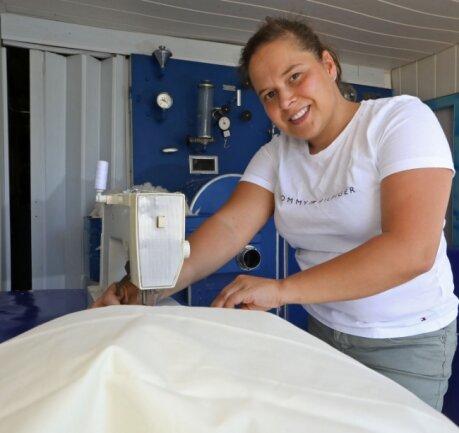 Gina Brumbach ist die Näherin im kleinen Familienbetrieb auf Rädern. Sie vernäht nach dem Befüllen die Inletts.