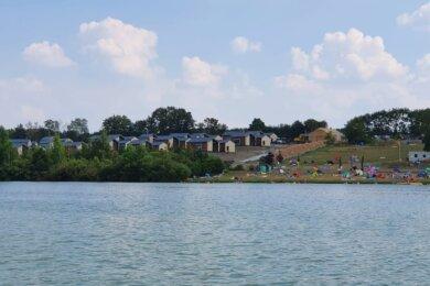 Die neue Ferienhausanlage befindet sich direkt am Ufer der Talsperre, nur wenige Meter vom Strand entfernt.