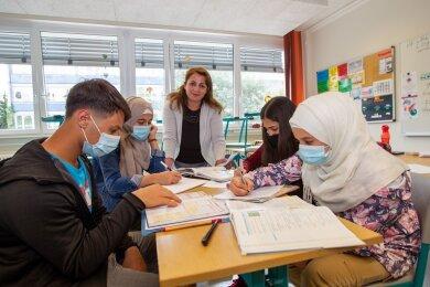 Osama, Inas, Fatima, Leen (von links) bekommen unkompliziert Nachhilfe in Chemie und Mathematik von Rasha Jarjour (Mitte). Die studierte Agrar-Ingenieurin spricht mit ihnen Deutsch, manchmal auch Arabisch.
