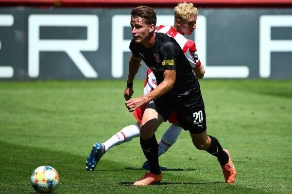 Florian Hansch (vorn) bei einem Drittliga-Spiel im Trikot des Halleschen FC, bei dem er schon einmal unter Sven Köhler trainierte.