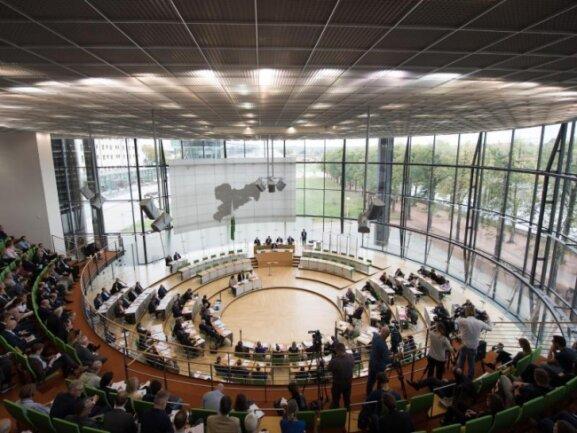 Der sächsische Landtag ist mit Menschen gefüllt.