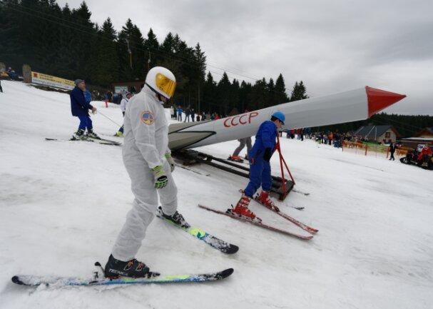 Selbst eine Rakete ist auf dem Skihang zu sehen  gewesen und mit ihr kam Fliegerkosmonaut Siegmund Jähn, einer der  DDR-Helden.