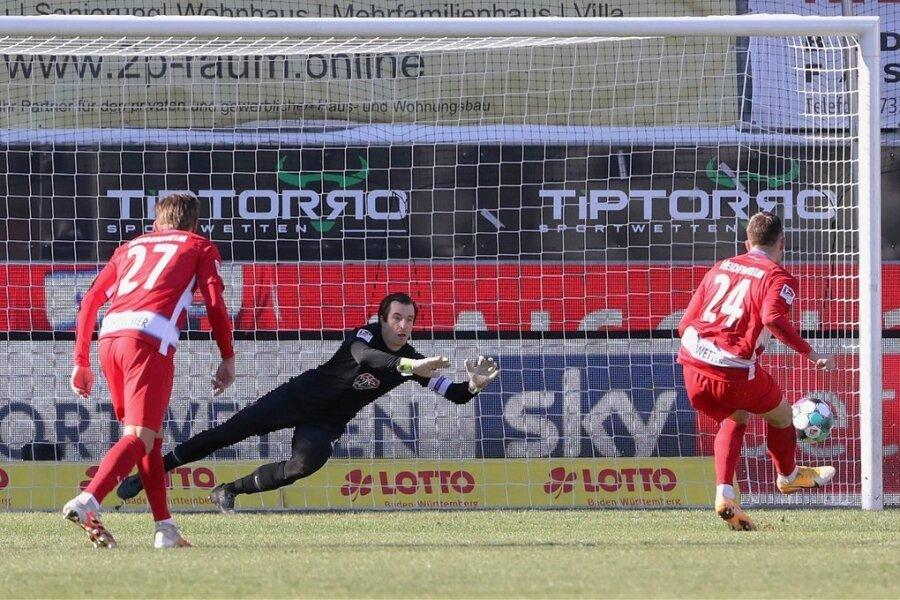 Christian Kühlwetter tritt zum zweiten Elfmeter für den 1. FC Heidenheim an und visiert die rechte Ecke an. Doch Martin Männel riecht den Braten erneut und kann den Ball abwehren.