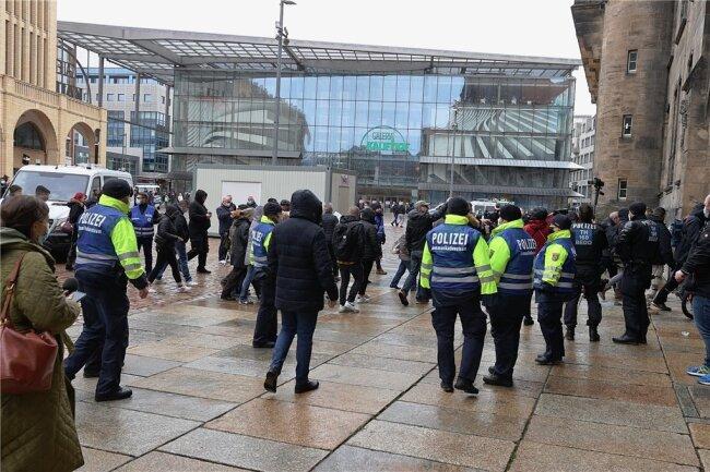 Polizisten hatten am 27. März den Chemnitzer Neumarkt gesperrt, wo einige gegen die Corona-Politik demonstrieren wollten. Die Versammlung war verboten worden.