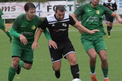 In der vergangenen Saison schnürte Steven Tonne - hier in einer Partie gegen Mühltroff - noch für den FC Stollberg die Töppen. Nun will er mit Reinsdorf-Vielau gegen den FCS Tore schießen.