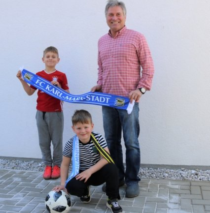 Ex-FCK-Keeper Michael Kompalla freut sich, dass auch seine Enkel Moritz (l.) und Anton Fußball spielen.