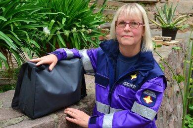 Kerstin Günther aus Tanneberg ist seit 15 Jahren als ehrenamtliche Notfallseelsorgerin in Einsatz. Immer dabei hat sie ihre Tasche, in der sich unter anderem eine Bibel und ein kleiner Teddybär befinden.