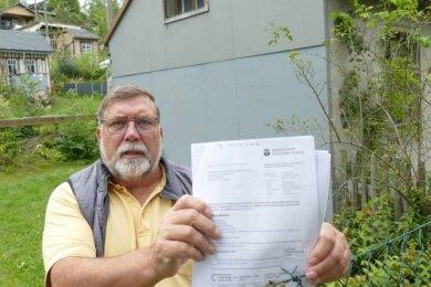 """Peter Bachmann ist Vorsitzender des Kleingartenvereins """"Am Knock"""" in Schönheide, dessen Vereinsheim (im Hintergrund zu sehen) droht zusammenzufallen."""
