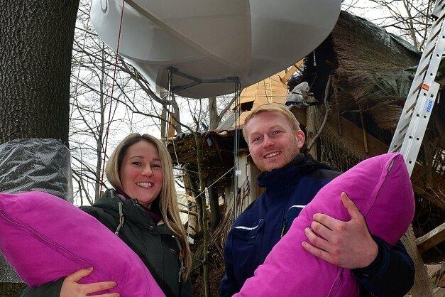 Franziska Schulze darf mit ihrem Freund Mathias Voigtländer als erstes in der Bücherwolke übernachten.