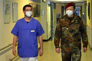 Oberfeldwebel Andreas Paul (l.) hat die Uniform gegen Pflegekleidung getauscht und unterstützt seit Anfang Januar mit fünf weiteren Soldaten die Schwestern im Mittweidaer Krankenhaus. Oberstleutnant Danilo Rehm koordiniert den coronabedingten Einsatz der Bundeswehr in Mittelsachsen.