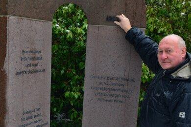 Steinmetzmeister Frank Böttger am neuen Denkmal auf dem Friedhof in Mittweida: Er musste noch eine Jahreszahl anbringen.