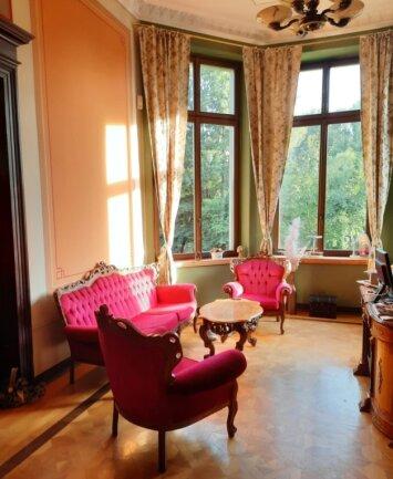 Die Villa Gückelsberg in Flöha ist 1869 im Stil des Historismus errichtet und 2005 von der Familie Sternkopf saniert worden. Heute können sich Paare dort das Jawort geben.