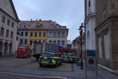 Fünf Feuerwehrfahrzeuge und zwei Polizeiautos rückten zum Einsatz in der Buttermarktgasse in Freiberg aus. Ein Großteil der Fahrzeuge stand auf dem Buttermarktgasse mit Nikolaikirche und Theater.