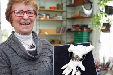 Seit 1999 hat sich Christine Burkhardt der Silber- und Goldschmiedekunst verschrieben. Eine Besonderheit sind ihre Doppelringe.