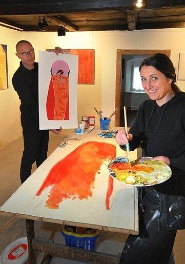 """<p class=""""artikelinhalt"""">Die Dresdener Künstlerin Anita Voigt-Hertrampf bemalte am Samstag im Kunstkontor in Seiffen eine über einhundert Jahre alte Tür. Galerist Karsten Bilz zeigt das Motiv.</p>"""