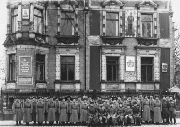 Die Mannschaft der Kommandantur vor der Goethestraße 1.