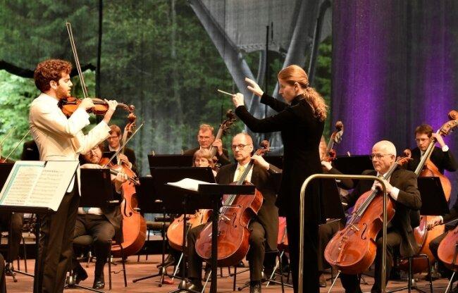Das MDR-Sinfonieorchester unter der Leitung der Dirigentin Kristiina Poska und Solist Emmanuel Tjeknavorian spielten in Bad Elster.
