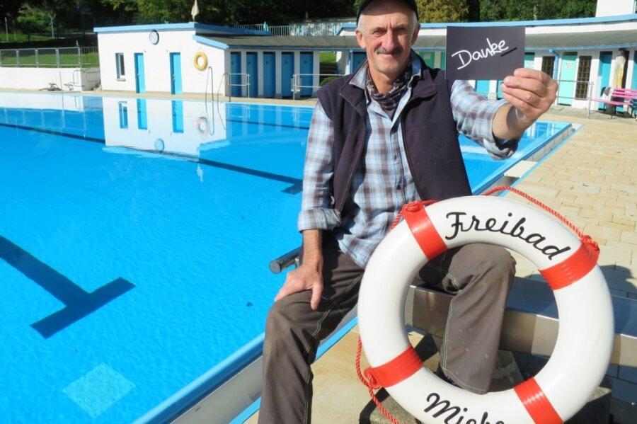 Steffen Weiß, Schwimmmeister im Freibad Markersbach, zieht ein tolles Saisonfazit.