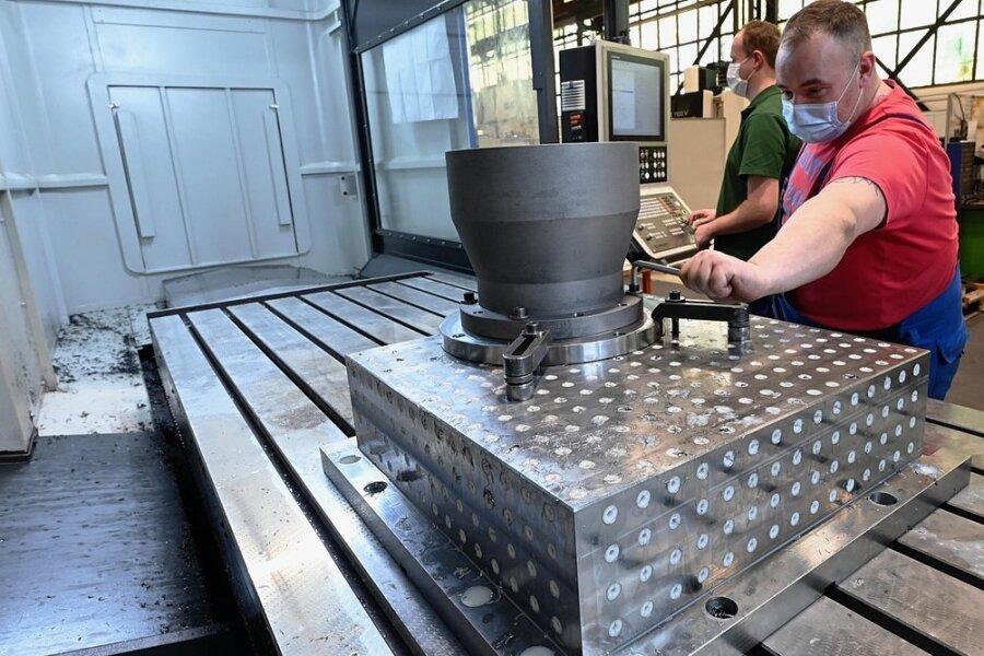 Die Burgstädter Maschinenbaufirma Homatec hat 800.000 Euro in ein neues CNC-Bearbeitungszentrum investiert, Mitarbeiter Ricardo Schott (links) und Marcel Friebel beim Einrichten der Maschine.