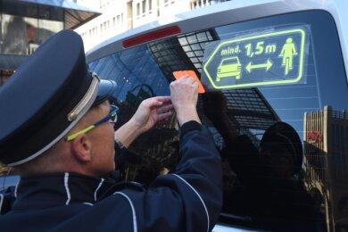 Beim Überholen auf Abstand achten: Zur Erinnerung an neue Regeln der Straßenverkehrsordnung stattet die Polizei in Chemnitz ihre Funkwagen mit markanten Aufklebern aus. Auch das Ordnungsamt der Stadt macht mit, Busse des Nahverkehrs sollen folgen.