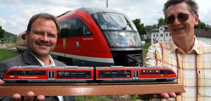 Erzgebirgsbahn-Chef Lutz Mehlhorn (links) und Ulrich Möckel von den Pockauer Modellbahnern zeigen ihr neues Lieblingsspielzeug.