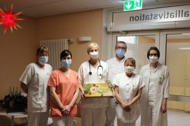 Ein Dankesstollen für das Personal der Palliativstation im Kreiskrankenhaus Stollberg ist pünktlich angekommen. Ein Ehepaar, dessen Sohn im Mai dort betreut worden war, wollte so Danke sagen.