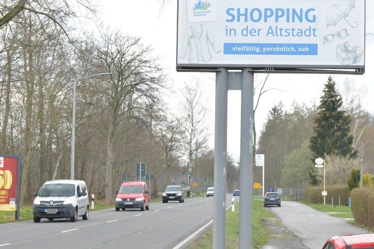 Zum Einkaufen in Freibergs Altstadt lädt das Schild an der Chemnitzer Straße (B 173) am Ortsausgang Freiberg in Richtung Oberschöna ein.