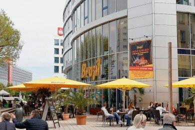 Wird der Inzidenzgrenzwert von 100 in einer kreisfreien Stadt oder in einem Landkreis unterschritten, darf die Außengastronomie aktuell wieder öffnen - wie auf dem Foto von der Innere Klosterstraße in Chemnitz.