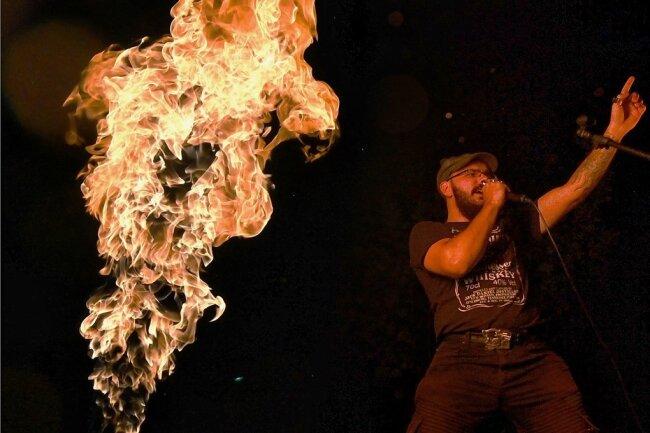 """Feurige Show: Dr. Rock feierte anlässlich des Kultursommers seine Albumpremiere mit einem 90-Minuten-Programm. Das Album soll bald erscheinen und nennt sich """"Diary of Darkness""""."""