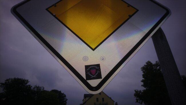 Auf vielen Schildern finden sich Aufkleber.