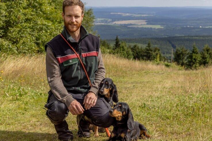 An schönen Aussichten mangelt es im Revier von Förster Johann Schäfer - hier mit seinen Hunden Amina und Polja auf dem Fichtelberg - nicht.