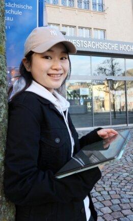 Studentin Wenxuan Zhang vorm Eingang zur WHZ.