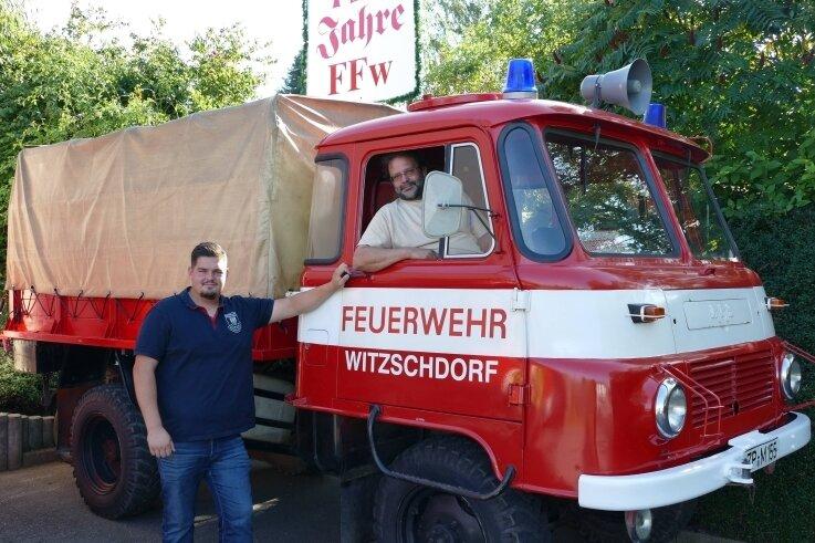 Stolz präsentieren Matthias Charlet (l.) und Lutz Wiedemann den 1977 gebauten Robur, der am Samstag die Technik-Schau bereichert.